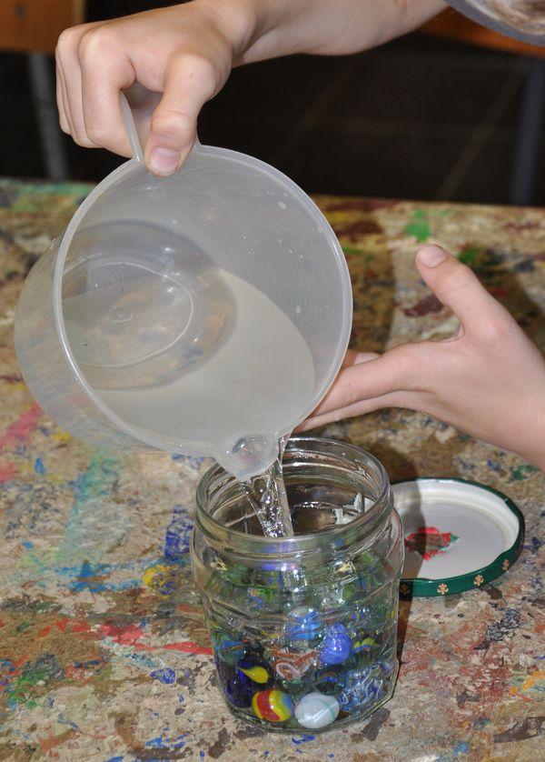 Glas mit Murmeln als Bild für ISO-Einstellung