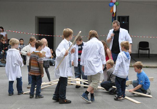 Professor Technikus baut eine Leonardobrücke beim Schulfest einer Grundschule