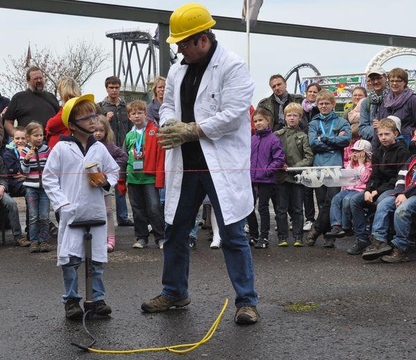 Professor Technikus im Heidepark Soltau beim Raketenversuch
