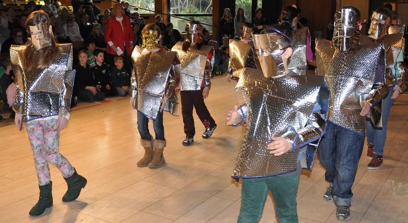 Tanz der Roboter in selbstgebastelten Kostümen (KNuT-kommt)
